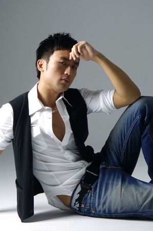Aziatische mannelijk model poseren schot in studio