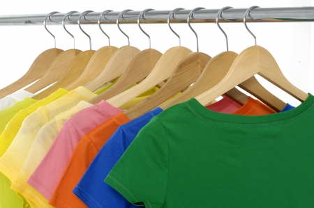 ropa colgada: brillantes camisetas de colores colgando Foto de archivo