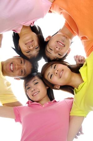 asia family: grupo de amigos felices sonriendo con las cabezas juntas