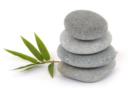 piedras zen: Apilan piedras zen con hojas de bamb�