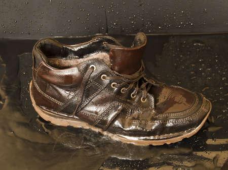 impregnated: scarpe in pelle, inzuppato in acqua, close-up