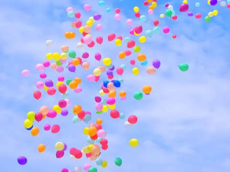 Un sacco di palloncini colorati volare nel cielo
