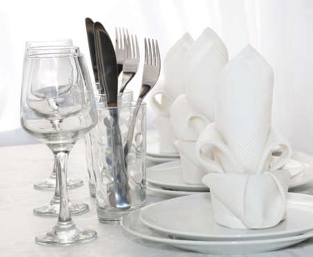 dishes: Decoratively folded napkins with glasses, glasses and cutlery Stock Photo