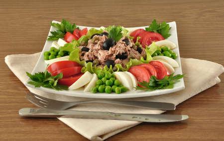 c�pres: Thon avec olives et les c�pres et entour� de petits l�gumes