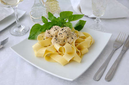 Italian pasta - Pappardelle with chicken fillet in a creamy sauce with sesame seeds Standard-Bild
