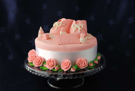 Cake with booties and toys made ​​of marzipan