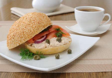 alcaparras: Sandwich con pasta cremosa y salm�n, alcaparras