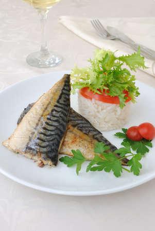 Caballa al horno con arroz con verduras Foto de archivo