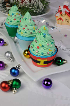 Christmas muffins in a tree with stars and balloons Standard-Bild
