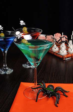absinthe: C�ctel con aceitunas paja adornado con una calavera Foto de archivo
