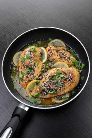 alcaparras: Filete de pollo con semillas de sésamo en alcaparras y hierbas salsa de vino limón