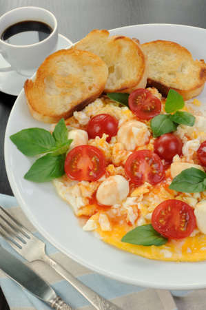 scrambled eggs: Scrambled eggs with cherry tomatoes, mozzarella and croutons Stock Photo