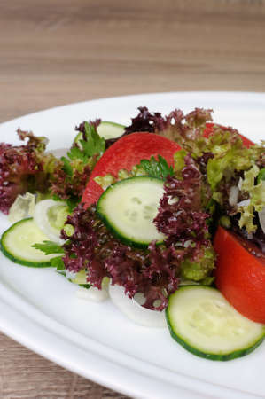 ensalada tomate: Ensalada ligera de lechuga y tomate con pepino Foto de archivo