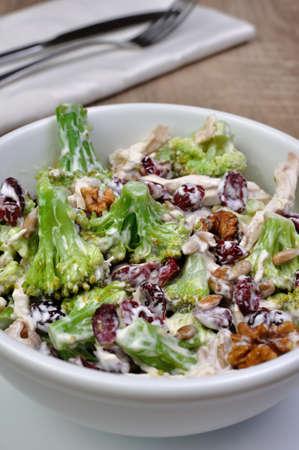 ensalada de verduras: ensalada de pollo con br�coli, nueces, semillas de girasol, los ar�ndanos y yogur