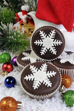 cioccolato natale: Chocolate Muffin di Natale decorato con fiocco di neve di marzapane perla Archivio Fotografico