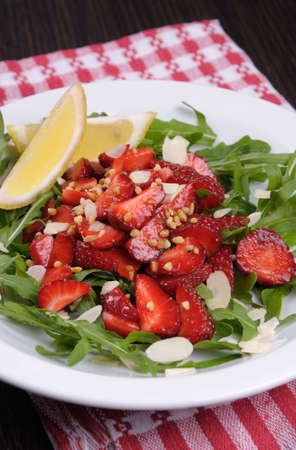 cellulose: Salad of arugula and strawberries with crushed peanuts, almonds