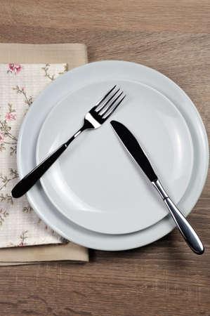 Comedor etiqueta - Todavía comer, hacer una pausa. Señales de horquilla y cuchillo con la ubicación del conjunto de cubiertos Foto de archivo
