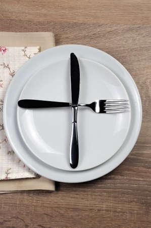 Comedor etiqueta - Todavía comer, listo para el segundo plato. Señales de horquilla y cuchillo con la ubicación del conjunto de cubiertos
