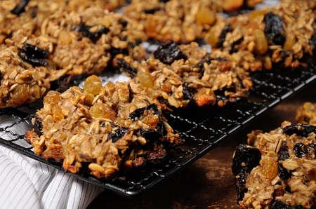 健康的な自家製ベーキング。オートミールとバナナのクッキーと乾燥プルーンとレーズン。小麦粉と砂糖なし。