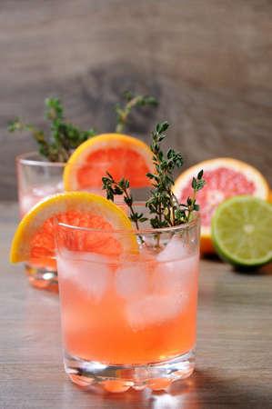 Mezcla de limón y tomillo, combinados con jugo de toronja fresca y delicioso bourbon, es la manera perfecta de aprovechar al máximo esos increíbles toronjas. Este cóctel es refrescante, lleno de sabor y totalmente hermoso: es el cóctel perfecto para servir en cualquier ocasión.