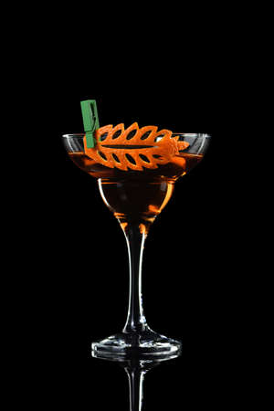Art in orange- fruits carving. How to make to citrus garnish design for a drink. Cocktail Rob Roy. Whiskey-based drinks. Banque d'images