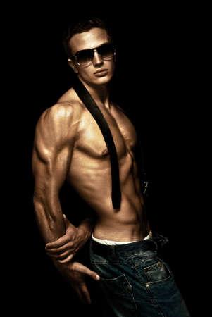 Jonge sport man met een naakte torso