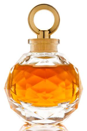 Parfum in een prachtige glazen pot op witte achtergrond
