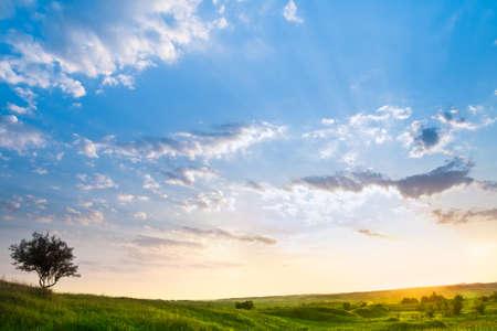 Landschap met een mooie hemel en zonne schijn door de wolken  Stockfoto