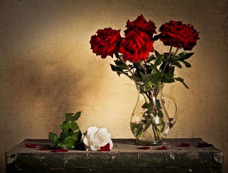 용기와 흰색과 붉은 장미와 함께 아름 다운 아직도 인생