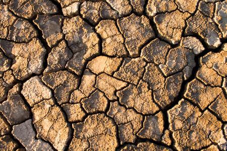 De bodem in de scheuren verschenen op de lange termijn warmte