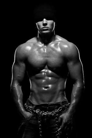 desnudo masculino: Young deportes a chico con un torso desnudo