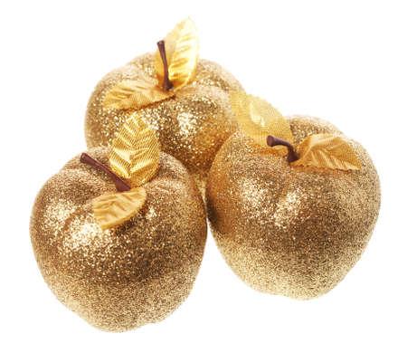Gouden appel die op een witte achtergrond ligt