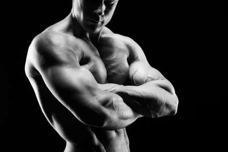 fitness hombres: El joven hermoso y fuerte