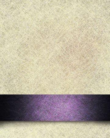 Jahrgang Pergamentpapier Hintergrund Illustration mit Leinenstruktur und Phantasie lila formale Band Streifen-Design mit schwarzem Soft-und Grunge-Highlight mit Kopie Platz für Text oder Ostern Ankündigung
