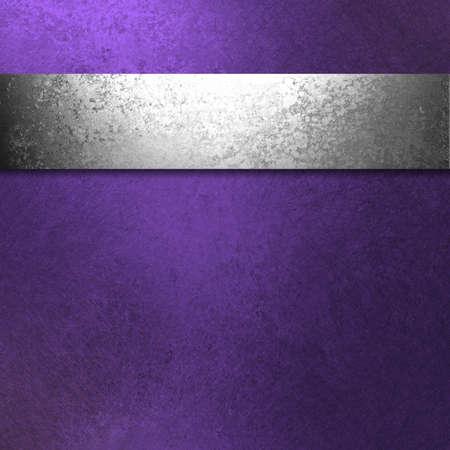 morado: hermoso fondo de color p�rpura oscuro con la ilustraci�n antigua cinta de plata tiene una textura grunge vintage y espacio de la copia en blanco para el anuncio o un folleto o una plantilla de p�gina web