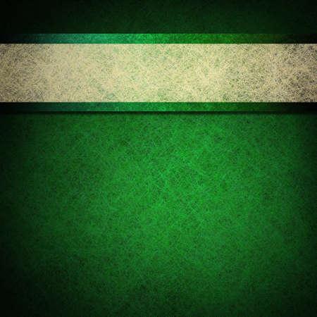 heldere lente groene achtergrond met levendige kleuren en contrasterende wit perkament lint streep lay-out ontwerp op vintage grunge textuur met zwarte vignet frame op grens met kopie ruimte Stockfoto