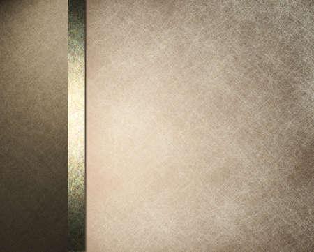 bruin en wit perkament achtergrond papier met witte overlay en formele ontwerp lay-out met een elegante donkerbruine frame met gouden lint en vintage grunge textuur en kopieer de ruimte Stockfoto