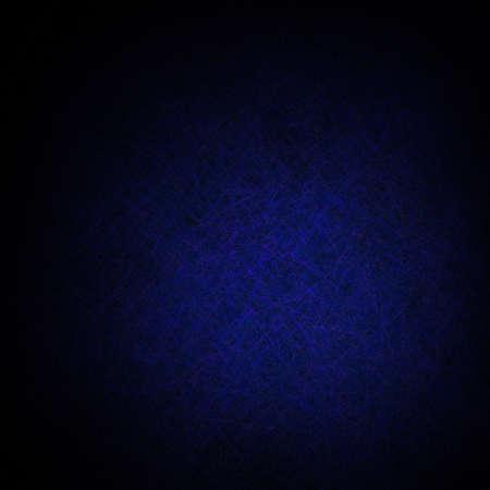 dramatische donker blauwe achtergrond met diep zwart vignet grens en heldere centrum spot voor copyspace met vintage kras textuur ontwerp Stockfoto