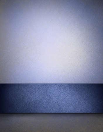 Suave fondo azul con textura de pergamino con el punto culminante y la tira de color azul oscuro para añadir su propio texto o imágenes Foto de archivo - 13002347
