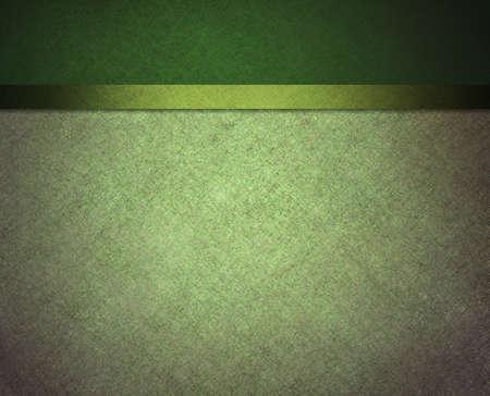 fondo verde oscuro: p�lida luz y el fondo de color verde oscuro con la barra lateral y bandera de banda de la cinta en el dise�o de plantilla de p�gina web o tel�n de fondo formal de men� cl�sico con copyspace para el D�a de San Patricio Foto de archivo
