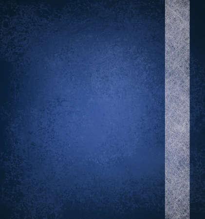 Blauen Hintergrund mit Vintage Grunge-Hintergrund Textur und Band Streifen-Design aus weißem Pergamentpapier auf blauem Hintergrund mit leeren Kopie Raum und Highlight für Anzeige oder Broschüre Standard-Bild - 13657308