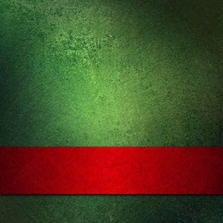 abstracte Kerst achtergrond ontwerp lay-out van elegante groene achtergrond met oude vintage grunge achtergrond getextureerde muur met lege donkere rood lint wrap aan de onderkant voor brochure advertentie of web-sjabloon