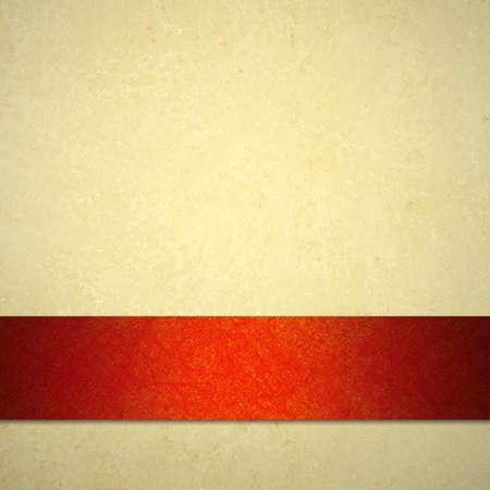 llanura: Fondo abstracto de color marrón o marrón papel pergamino textura de fondo de la vendimia y de la cinta roja del fondo de la Navidad en el color crema o marfil tan neutral para la plantilla web o anuncio folleto de publicidad
