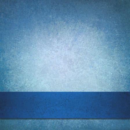 abstracte blauwe achtergrond met elegante donker blauw lint streep ontwerp, wit vervaagde centrum gradiënt kleur in donkerblauwe achtergrond sjabloon, web grafisch kunstontwerp Stockfoto