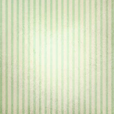 groen behang: verschoten vintage groen en beige gestreepte achtergrond, shabby chic line design element op verontruste textuur met witte middenstip, leuke kerst achtergrond