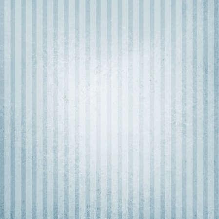 ビンテージ青と白ストライプの背景、白中心のスポットで苦しめられたテクスチャ上のぼろぼろのシックなラインのデザイン要素を色あせた 写真素材