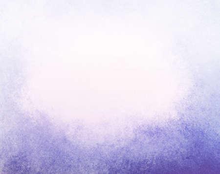 abstracte vervaagde paarse achtergrond, gradiënt wit naar paars blauwe kleur, mistig boven de grens en donkerder paars blauwe grunge textuur onderrand Stockfoto