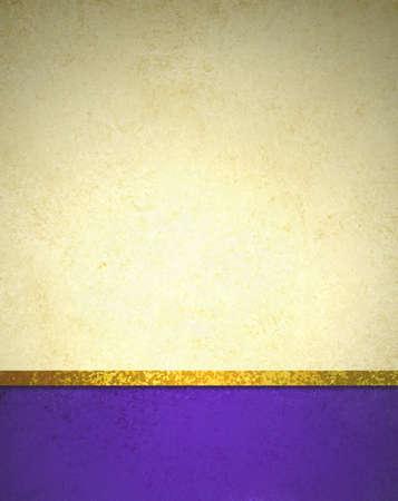 金持ち: 抽象的なゴールドの背景に紫フッターとゴールド リボン トリム境界線、美しいテンプレート背景レイアウト、高級ビンテージ グランジ背景テクスチャ デザインとエレガントなゴールド紙 写真素材