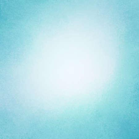 licht: edel hellblauen Hintergrund mit dunklen Rand und weißen Mitte, alte distressed Vintage blauen Hintergrund mit weißer Farbe verblasst und Vintage-Grunge-Textur Lizenzfreie Bilder