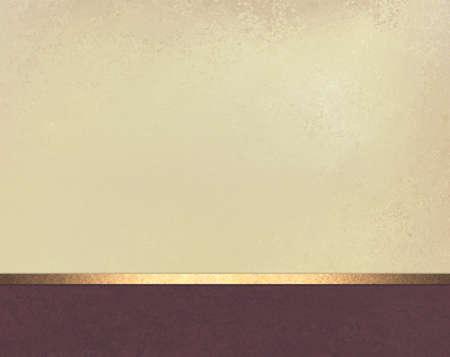 Beige Hintergrund mit lila Weinfarbe Footer und Goldbandordnung Standard-Bild - 56270111